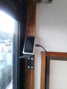 窓際の高い位置に設置