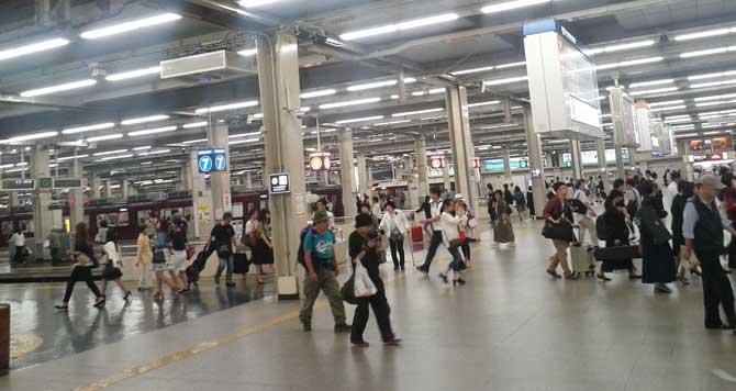 広くて人通りも多い阪急梅田駅のホーム